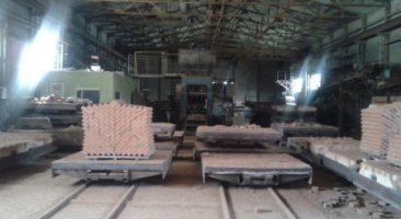 Производственный цех, зона подача сформированного кирпича в печь