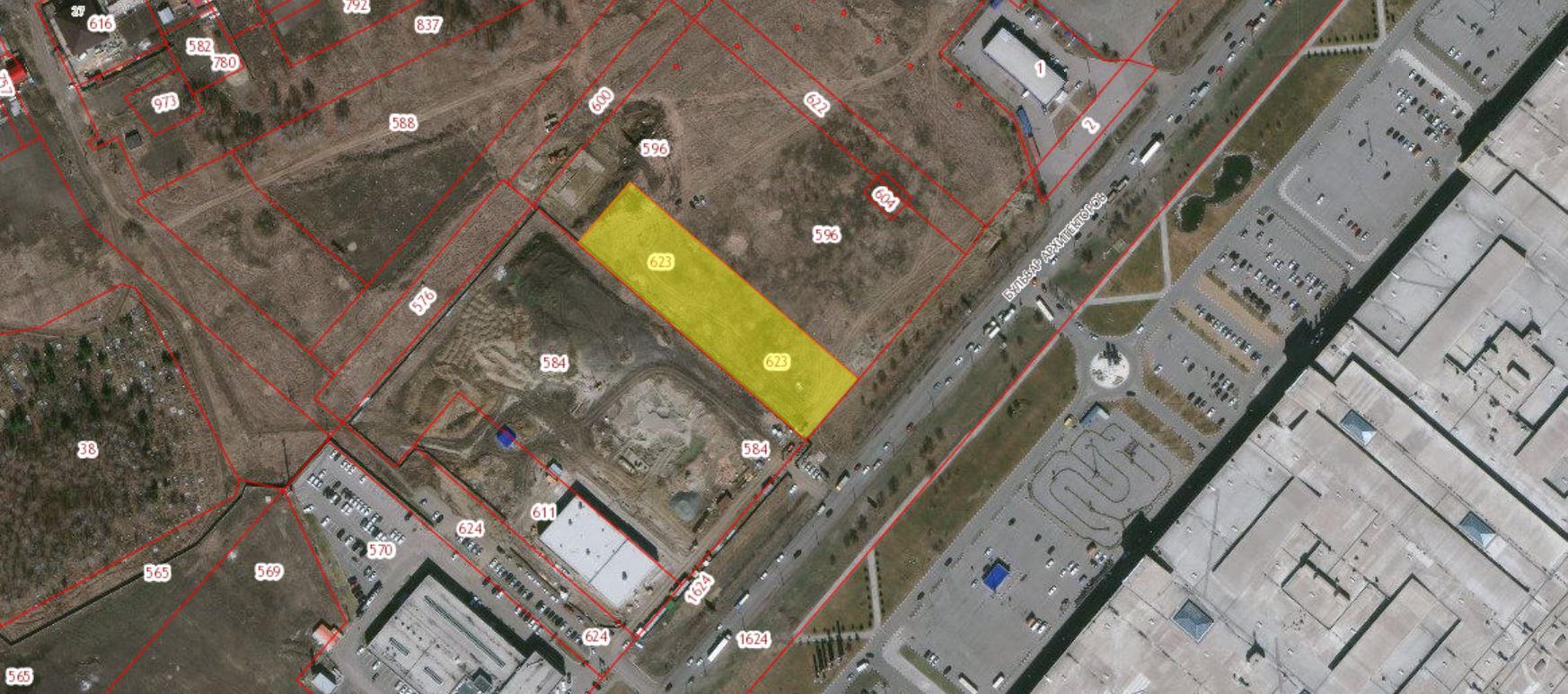 Участок площадью 6321 кв. метра расположен в 340 метрах западнее от здания №35 по улице бульвар Архитекторов. Кадастровый номер — 55:36:130127:623.